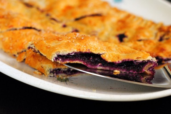 Blueberry Slab Pie for a Sangria Party | foxeslovelemons.com