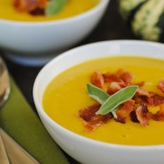 Sweet Dumpling Squash Soup with Crispy Bacon – a blender soup to celebrate fall! | foxeslovelemons.com